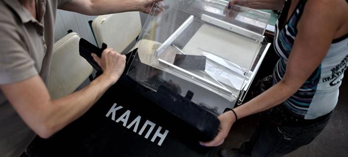 Guardian: Μισό εκατομμύριο Ελληνες δεν θα μπορέσουν να ψηφίσουν την Κυριακή