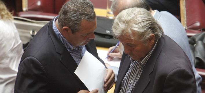 Ο Πάνος Καμμένος συζητάει με τον Θανάση Παπαχριστόπουλο / Φωτογραφία: Eurokinissi