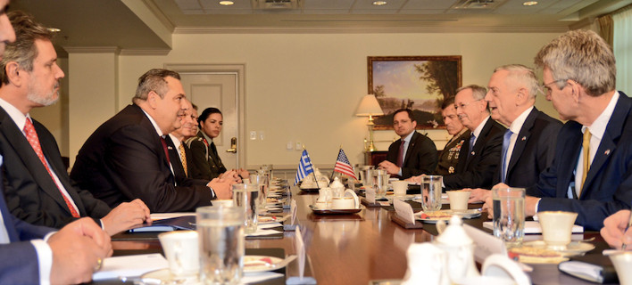 Ο Πάνος Καμμένος στη συνάντησή του με τον Υπουργό Άμυνας των ΗΠΑ James Mattis στην Ουάσινγκτον / Φωτογραφία: ΥΠΕΘΑ