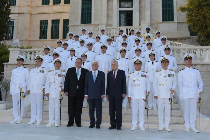 Ο Προκόπης Παυλόπουλος, ο Πάνος Καμμένος και ο Φ. Κουβέλης στην τελετή ορκωμοσίας των νέων Σημαιοφόρων τάξεως 2018 στη Σχολή Ναυτικών Δοκίμων.