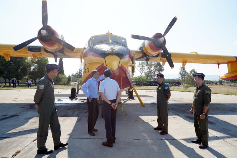 Ο Κυριάκος Μητσοτάκης ευχαρίστησε τους πιλότους για τον αγώνα που δίνουν- φωτογραφία eurokinissi