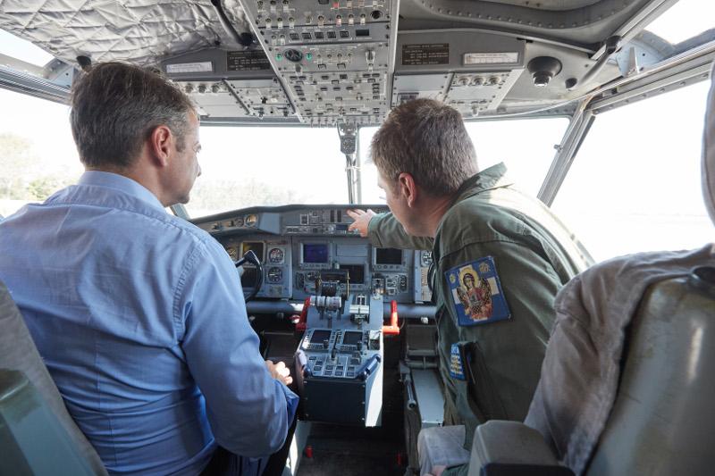 Ο Κυριάκος Μητσοτάκης στο κόκπιτ ενός αεροσκάφους Καναντέρ- φωτογραφία eurokinissi