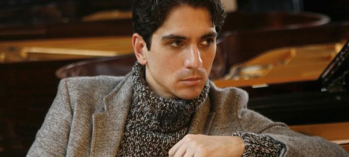 O Ελληνας πιανίστας Αλέξανδρος Καπέλης συγκίνησε τη Ρώμη