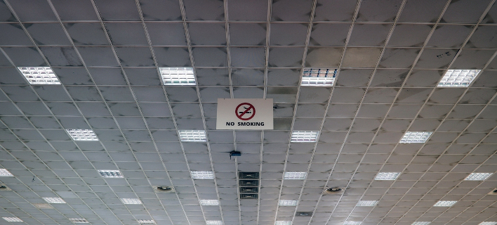 Guardian: Η κρίση έκοψε το κάπνισμα στους Ελληνες -Σβήνουν το τσιγάρο για οικονομικούς λόγους
