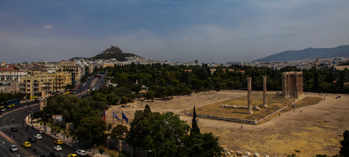 Οι καπνοί που πνίγουν την Αττική από τη φωτιά, όπως φαίνονται από το κέντρο της Αθήνας [εικόνες]