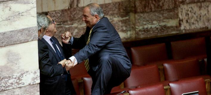 Ο Καραμανλής πηδάει τα έδρανα της βουλής και τον κρατάει ο Νικολόπουλος [εικόνες]