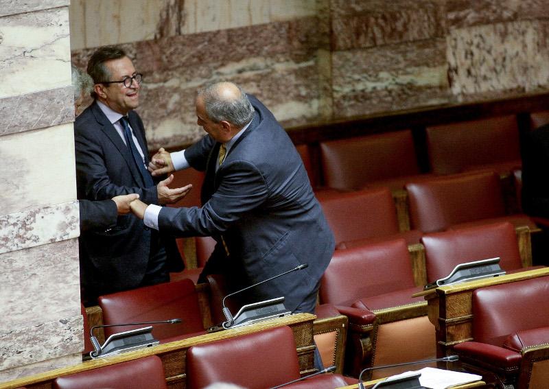 Ο Καραμανλής πηδάει τα έδρανα της βουλής και τον κρατάει ο Νικολόπουλος
