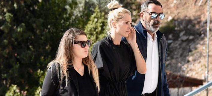 Η Βικτώρια Καρύδα στην κηδεία του άνδρα της