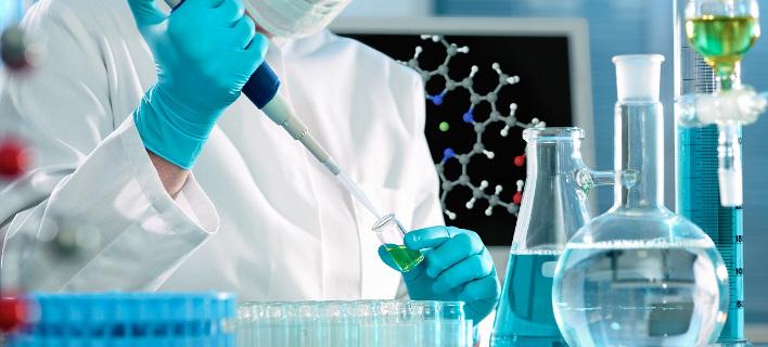 Ελληνας επιστήμονας εφηύρε «χειροβομβίδες» κατά του καρκίνου