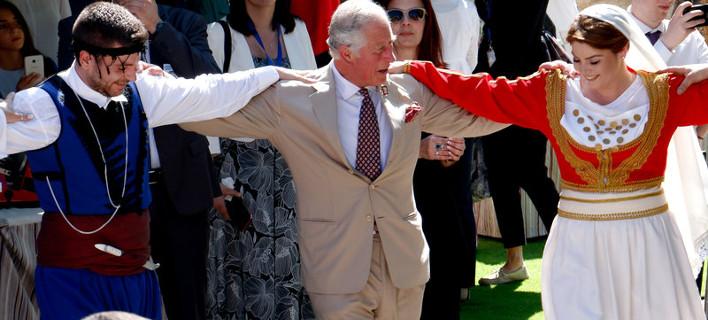 Ο πρίγκιπας Κάρολος χορεύει στην Κρήτη /Φωτογραφία: Intime News