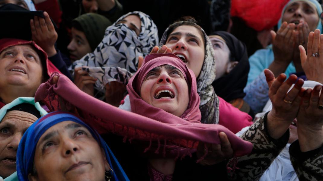 Μουσουλμάνοι στο Κασμίρ σε έκσταση στο σημείο που πιστεύεται ότι αναλήφθηκε ο Μωάμεθ - Φωτογραφία: AP Φωτογραφία / Mukhtar Khan