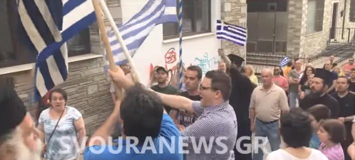 Αποδοκιμασίες έξω από το γραφείο της Ολυμπίας Τελιγιορίδου (ΣΥΡΙΖΑ) στην Καστοριά -Συνθήματα για τη Μακεδονία [βίντεο]