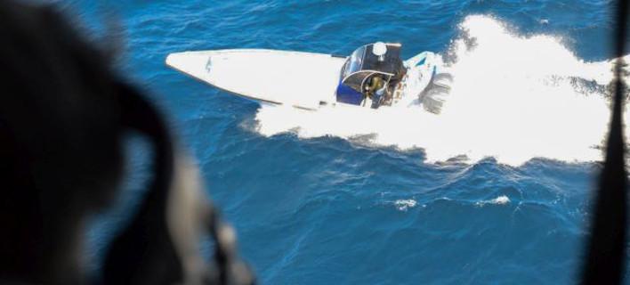 Δείτε το Λιμενικό να καταδιώκει σκάφος γεμάτο με ναρκωτικά -Εκανε ελιγμούς, το ακινητοποίησε ελεύθερος σκοπευτής [βίντεο & εικόνες]