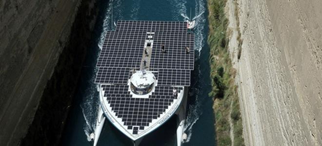 Το μεγαλύτερο ηλιακό Catamaran στον κόσμο περνάει τη διώρυγα της Κορίνθου [εικόνες]