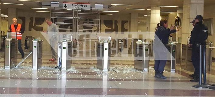 Κουκουλοφόροι έσπασαν τα ακυρωτικά μηχανήματα στο σταθμό του Μετρό Πανεπιστήμιο