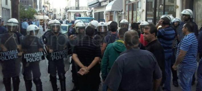 Κρήτη: Πήγαν με τα ΜΑΤ να κατασχέσουν μαγαζί -Συγκρούσεις και επεισόδια [εικόνες & βίντεο]