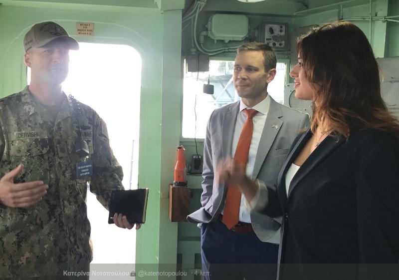 Η Κατερίνα Νοτοπούλου ενημερώνεται από τους αξιωματικούς του USS Mount Whitney