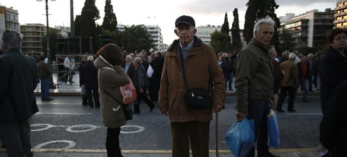 «Ψαλιδισμένες» συντάξεις έως 32% και επικουρικές 30 ευρώ ο λογαριασμός από τον επανυπολογισμό