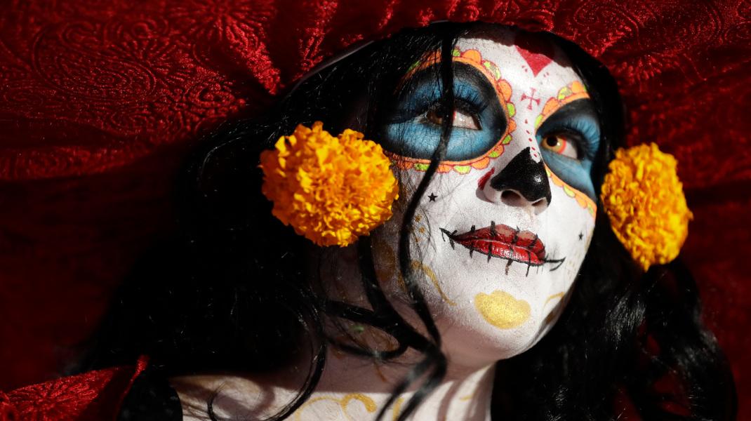 Μια γυναίκα ντυμένη «Κατρίνα» στην ημέρα των νεκρών στο Μεξικό - Φωτογραφία: AP Photo/Rebecca Blackwell