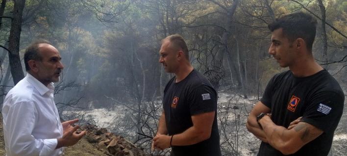 Ο περιφερειάρχης Δυτικής Ελλάδας συνομιλεί με πυροσβέστες / Φωτογραφία: patrasevents.gr