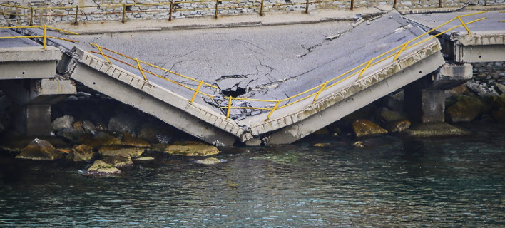 Αυτοψία από μηχανικούς στη γέφυρα στην Καβάλα/ Φωτογραφία: EUROKINISSI- ΛΑΣΚΑΡΗΣ ΤΣΟΥΤΣΑΣ