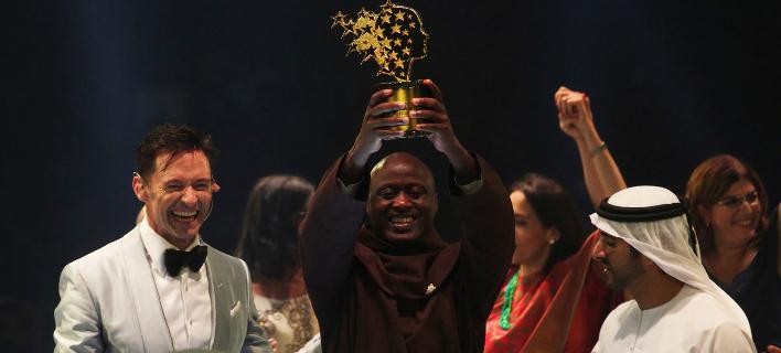 Ο Κενυάτης εκπαιδευτικός παραλαμβάνει το βραβείο του (AP Photo/Jon Gambrell)