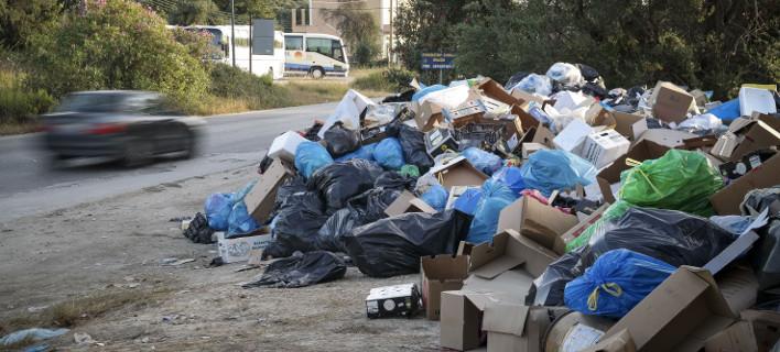 Σκουπίδια στους δρόμους της Κέρκυρας (Φωτογραφία: EUROKINISSI/ ΓΙΩΡΓΟΣ ΚΟΝΤΑΡΙΝΗΣ)