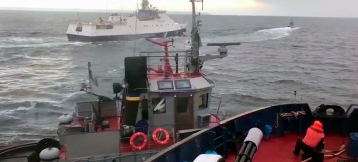 Ρωσικό πλοίο πλαγιοκοπεί σκάφος του ουκρανικού ναυτικού / Φωτογραφία: ΑP Images