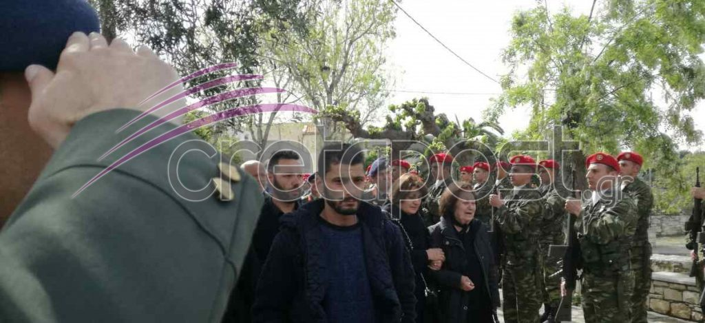 Αβάσταχτη οδύνη στην κηδεία του υποστράτηγου Γ. Τζανιδάκη [εικόνες] Khdeia3-1024x469