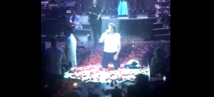 Ο Νίκος Κουρκούλης γονυπετής στην πίστα με την εικόνα της Παναγίας για τη Γενοκτονία των Ποντίων [βίντεο]