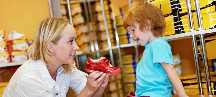 Ενα παιδί δοκιμάζει καινούργια παπούτσια, Φωτογραφία: Shutterstock/By Dmitry Kalinovsky
