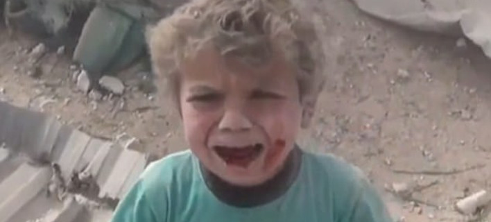 Συρία: Συγκλονίζει το ματωμένο αγοράκι -Βγαίνει από τα χαλάσματα μετά τη ρίψη βόμβας [εικόνες & βίντεο]