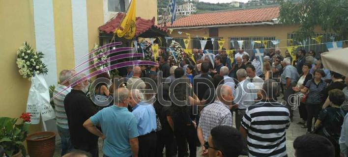Θρήνος στην κηδεία της μητέρας που πνίγηκε προσπαθώντας να σώσει τα παιδιά της, στην Κρήτη [εικόνες]