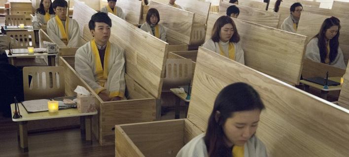 Πηγαίνουν ζωντανοί στην κηδεία τους -Μία περίεργη «θεραπεία» για την κατάθλιψη και το άγχος [εικόνες]