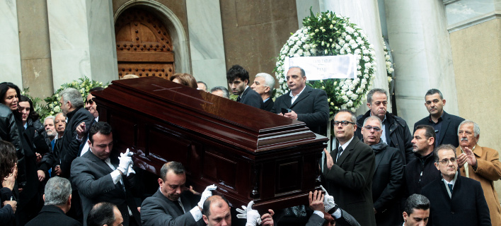 Πλήθος κόσμου συγκεντρώθηκε για να του πει το τελευταίο αντίο (Φωτο: Eurokinissi)