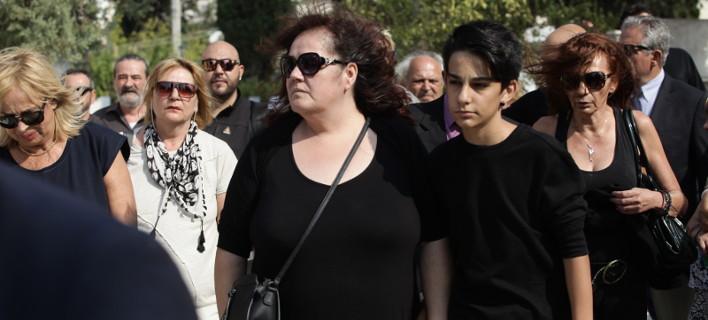 Σπαραγμός στην κηδεία του Ανδρέα Μπάρκουλη - Τραγικές φιγούρες η σύζυγος και ο γιος του [εικόνες]