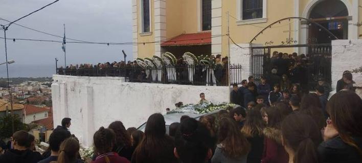 Σε κλίμα βαρύ πένθους, ανείπωτης θλίψης και βουβού πόνου η Κυπαρισσία αποχαιρέτησε σήμερα τον 15χρονο Νίκο Τριαλλώνα -Φωτογραφία: eleftheriaonline.gr