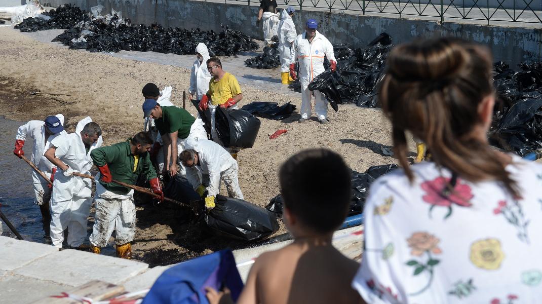Αγναντεύοντας την πετρελαιοκηλίδα στον Φλοίσβο... / Φωτογραφία: INTIME/ΚΩΤΣΙΑΡΗΣ ΓΙΑΝΝΗΣ