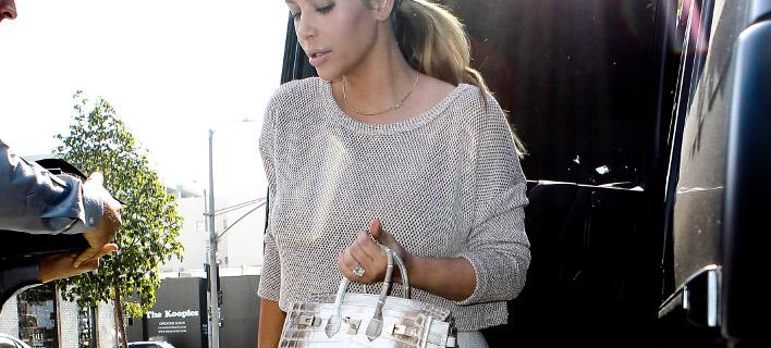 Η Κιμ Καρντάσιαν κρατά την ίδια τσάντα (χωρίς τόσα πολλά διαμάντια). Φωτογραφία: Splash News