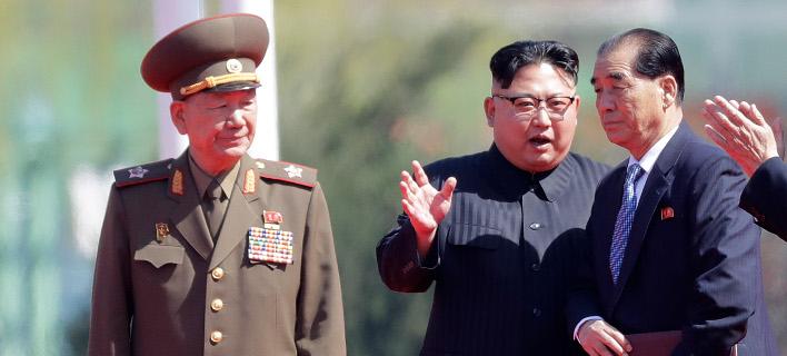 Ο στρατηγός Χουάνγκ Πιόνγκ Σο (αριστερά) ήταν ένας από τους στενούς συνεργάτες του Κιμ (Φωτογραφία: ΑΡ)