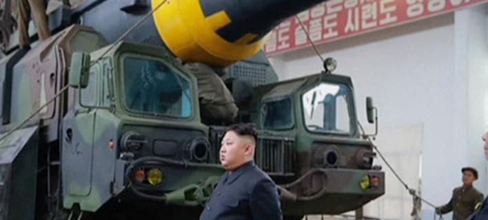 O Κιμ Γιονγκ Ουν δίπλα σε διηπειρωτικό βαλλιστικό πύραυλο Hwasong-15 (Φωτογραφία αρχείου: (KRT via AP Video)