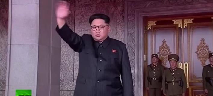 Χιλιάδες Βορειοκορεάτες αποθεώνουν, σε απόλυτο συγχρονισμό, τον Κιμ Γιονγκ Ουν [βίντεο]