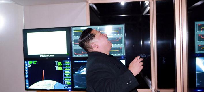 Φωτογραφίες: O πλανήτης ανησυχεί και ο Κιμ Γιονγκ Ουν παρακολουθεί περιχαρής την εκτόξευση του βαλλιστικού πυραύλου