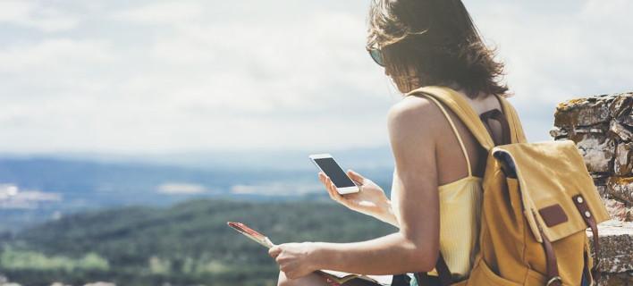 Μια γυναίκα κοιτάει το κινητό της, Φωτογραφία: Shutterstock