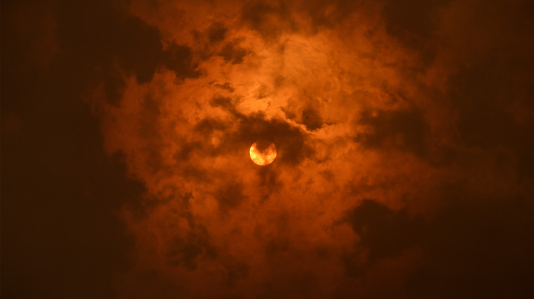 Χάθηκε ο ήλιος από τους καπνούς στην Κινέτα...