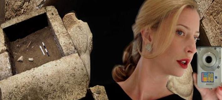 Η αρχαιολόγος-ντίβα Ντόροθι Κινγκ υψώνει το μεσαίο δάχτυλο για την Αμφίπολη [εικόνα]