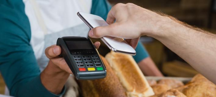 Πληρωμή λογαριασμού μέσω κινητού τηλεφώνου/Φωτογραφία: Shutterstock