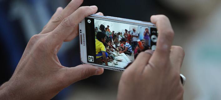 Ισως σε λίγα χρόνια τα κινητά να έχουν γυαλί που κολλάει από μόνο του (Φωτογραφία: AP/ Hussein Malla)