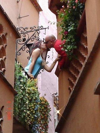 Το σοκάκι του φιλιού: Με μία αγκαλιά εκεί διασφαλίζεις δεκαπέντε χρόνια ευτυχίας!