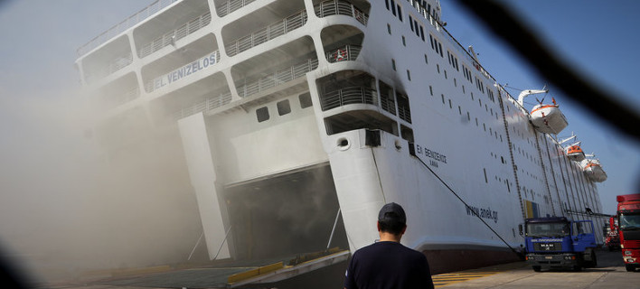 Ακόμη «καπνίζει» το πλοίο Ελευθέριος Βενιζέλος -Εχει πάρει μεγάλη κλίση [εικόνες]